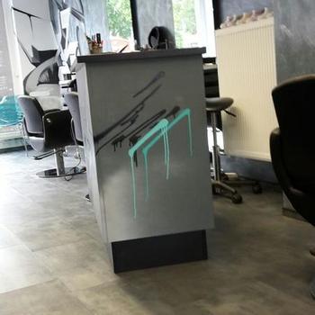 "Fertiger Vinylboden im Haarstudio ""Glatzkopf"""